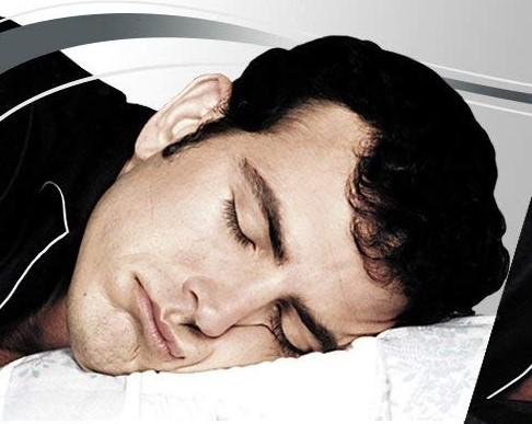 Dormir con la cara aplastada contra la almohada