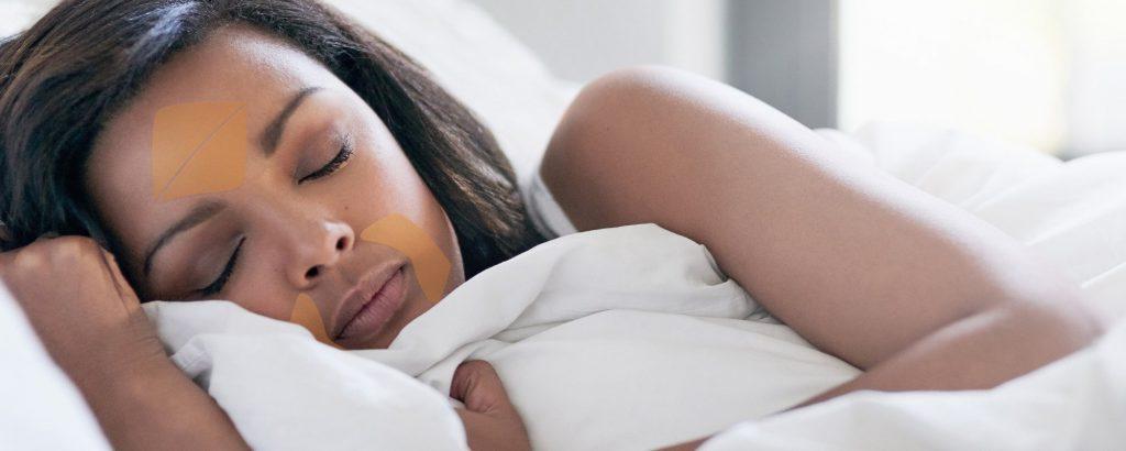 Los parches antiarrugas Frownies aplicados por la noche reducen considerablemente las arrugas de expresión